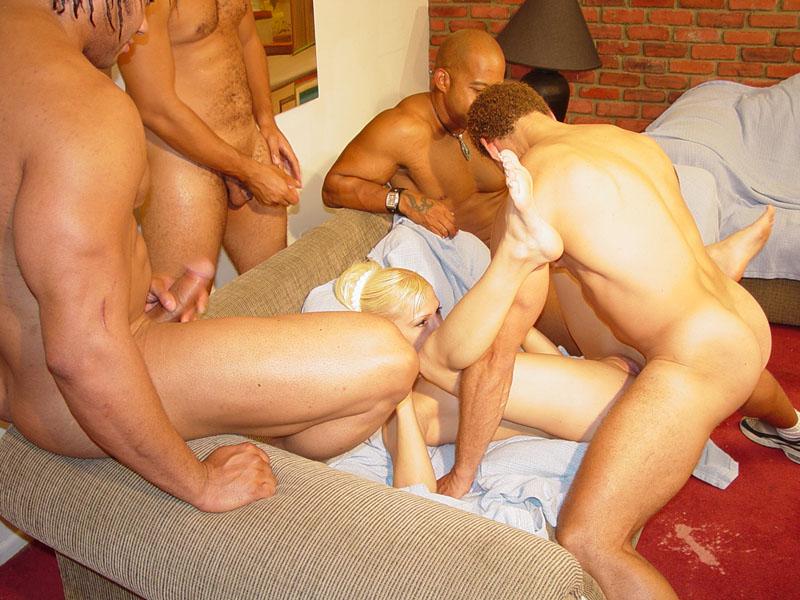 Смотреть бесплатно секс 5 большых черных трахают одну блондинку 26 фотография
