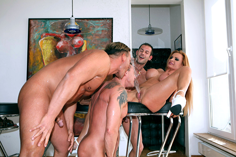 seks-odna-baba-mnogo-muzhikov-foto