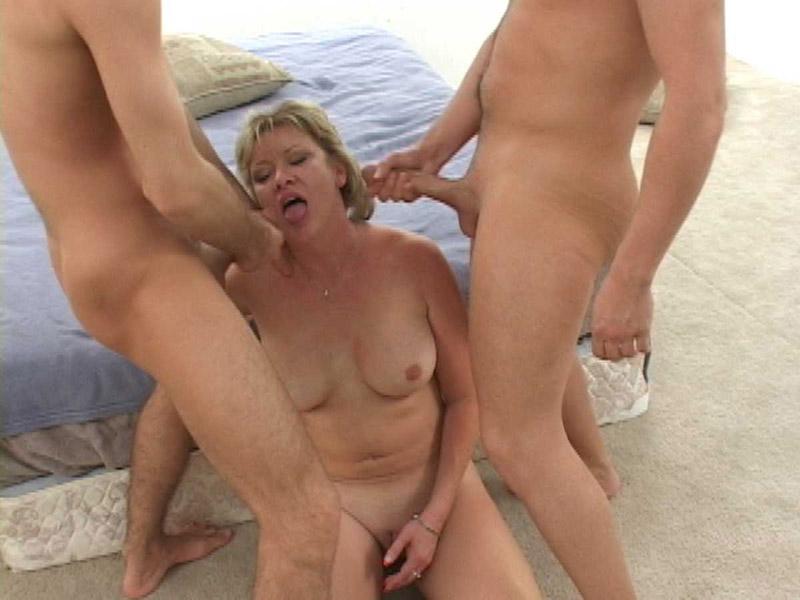 Смотреть порно зрелых на улице