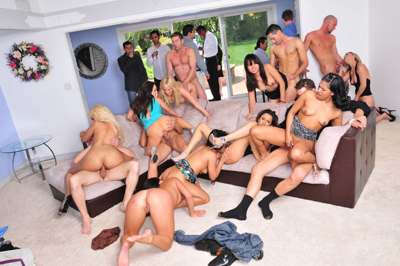 College party girls start fucking